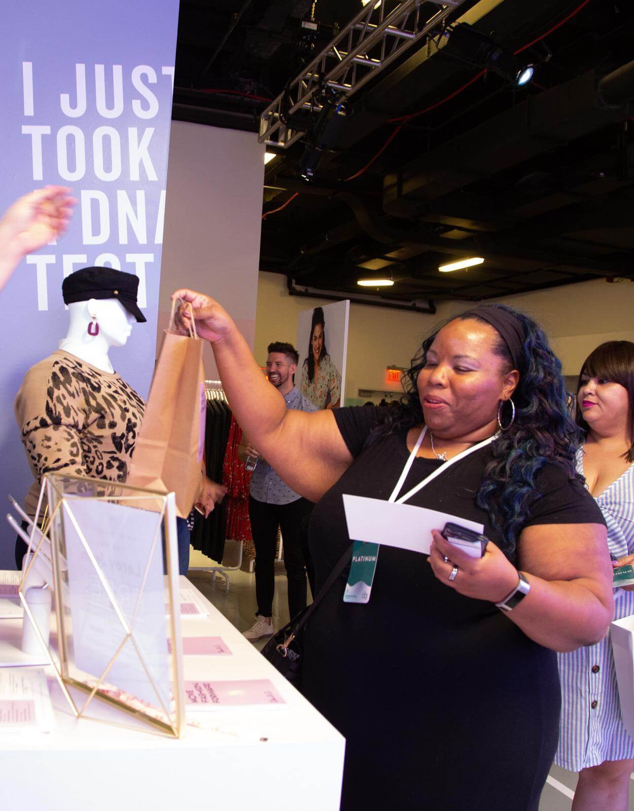 thecurvycon 2019 woman picking up free jeans at dia&co booth